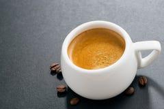 在黑暗的背景和咖啡豆,顶视图的浓咖啡 免版税库存照片