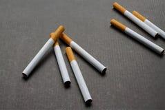 在黑暗的背景的一些根香烟 库存图片