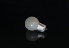在黑暗的背景的使用的电灯泡 免版税库存照片