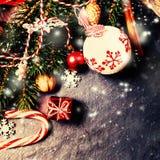 在黑暗的背景的减速火箭的圣诞节装饰在葡萄酒样式 库存照片