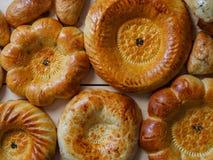 在黑暗的背景的原始的新鲜的乌兹别克人面包 免版税库存照片