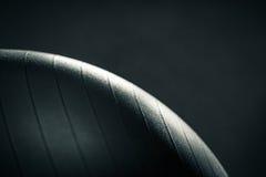 在黑暗的背景的发光的瑜伽球 图库摄影