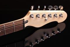 在黑暗的背景的吉他脖子 免版税库存图片