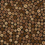 在黑暗的背景的咖啡豆无缝的样式 库存图片