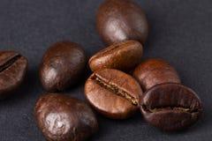 在黑暗的背景的咖啡豆 免版税库存照片