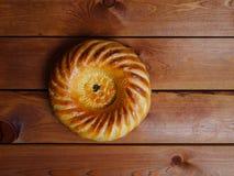 在黑暗的背景的圆的乌兹别克人面包 免版税库存照片