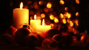 在黑暗的背景的圣诞节蜡烛 股票录像