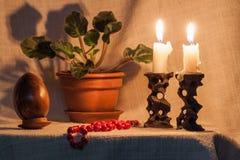 在黑暗的背景的复活节彩蛋在烛光 免版税图库摄影
