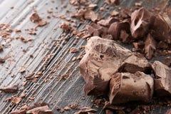 在黑暗的背景的巧克力片 库存照片