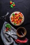 在黑暗的背景的帕夫洛娃蛋糕 顶视图 从上 免版税库存图片