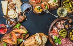 在黑暗的背景的意大利酒开胃小菜快餐品种 图库摄影