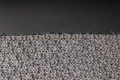 在黑暗的背景的手工制造灰色织品 库存照片