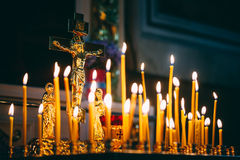 在黑暗的背景的教会蜡烛 免版税库存照片