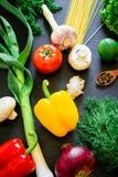 在黑暗的背景的新鲜的未加工的蔬菜 顶视图 平的位置 健康,饮食或者素食主义者食物概念 免版税库存照片