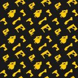 在黑暗的背景的无缝的样式黄色电动工具 免版税库存图片