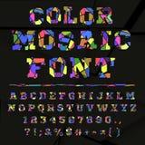 在黑暗的背景的残破的色的字母表 免版税库存照片