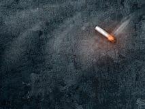 在黑暗的背景的灼烧的香烟与拷贝空间 免版税库存图片