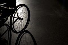在黑暗的背景的特写镜头空的轮椅 图库摄影
