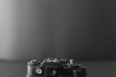 在黑暗的背景的老SLR照相机 图库摄影