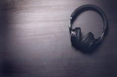 在黑暗的背景的耳机 音乐辅助部件 没有缆绳的蓝牙耳机 图库摄影