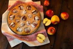 在黑暗的背景的苹果饼 库存图片