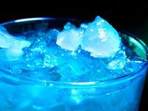 在黑暗的背景的蓝色冷的鸡尾酒 免版税库存图片