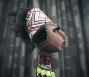 在黑暗的背景的非洲玩偶 免版税库存照片