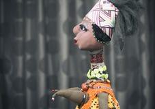 在黑暗的背景的非洲玩偶 免版税库存图片