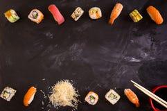 在黑暗的背景设置的寿司 简单派 库存照片