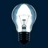在黑暗的背景隔绝的电灯泡 库存照片