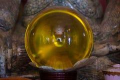 在黑暗的背景,木表面的玻璃透明球 软绵绵地集中 库存图片