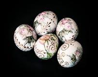 在黑暗的背景, springtim的标志的五颜六色的复活节彩蛋 库存照片