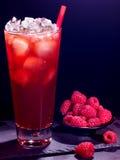 在黑暗的背景18的红草莓鸡尾酒 免版税库存图片