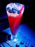 在黑暗的背景14的蓝莓鸡尾酒 图库摄影