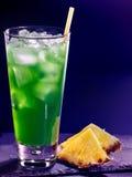 在黑暗的背景10的绿色菠萝鸡尾酒 库存图片