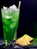 在黑暗的背景16的绿色菠萝鸡尾酒 免版税库存照片