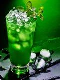在黑暗的背景43的绿色鸡尾酒 库存图片