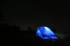 在黑暗的蓝色帐篷 免版税库存图片