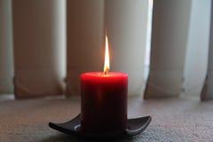 在黑暗的蜡烛 免版税库存图片