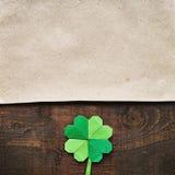 在黑暗的谷仓木头背景的Origami纸绿色三叶草三叶草叶子 免版税库存照片