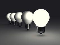 在黑暗的领导人想法电灯泡 免版税库存照片