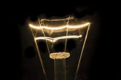 在黑暗的细丝电灯泡 免版税库存照片
