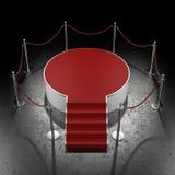 在黑暗的画廊的红色指挥台 免版税库存照片