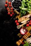 在黑暗的backgrou的鲜美新鲜的开胃意大利食品成分 免版税库存照片