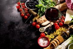 在黑暗的backgrou的鲜美新鲜的开胃意大利食品成分 图库摄影