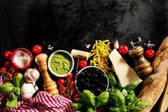 在黑暗的backgrou的鲜美新鲜的开胃意大利食品成分 库存照片