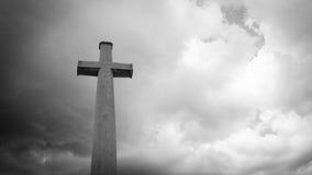 在黑暗的clounds的十字架 库存图片