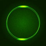 在黑暗被加点的摘要的绿色发光的圆环 免版税库存图片
