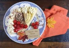 在黑暗被回收的木背景的感恩饼 库存图片