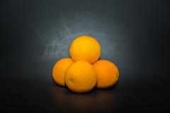 在黑暗隔绝的特写镜头观点的水多的甜开胃桔子 免版税库存图片